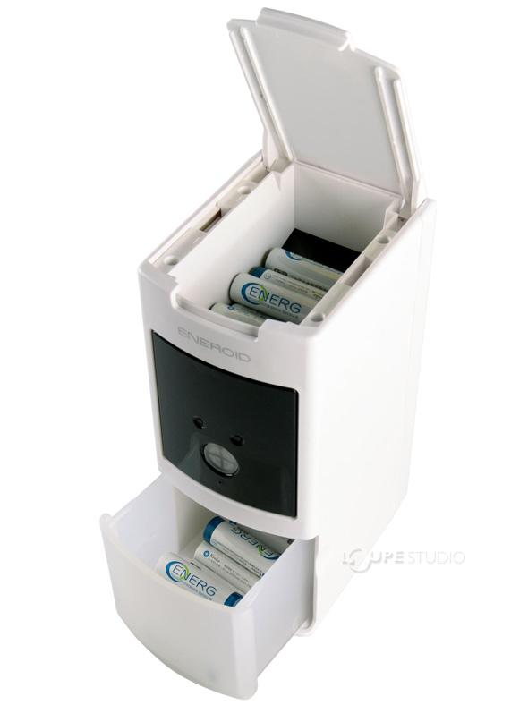充電完了した電池は1本ずつ自動的に下部の容器に保管されます